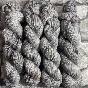 Ein Strang handgefärbte Wolle mit dem Namen Steel  –  Pure von Wolldackel