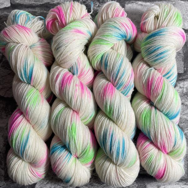 Ein Strang handgefärbte Wolle mit dem Namen Torge –  Classic von Wolldackel