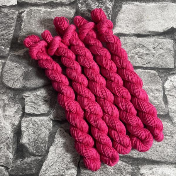 Ein Strang handgefärbte Wolle mit dem Namen Moira –  Classic  –  Mini von Wolldackel