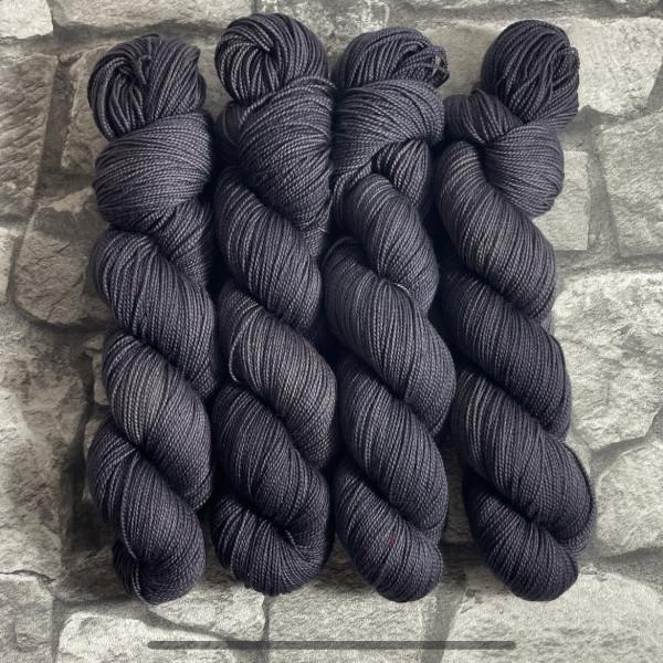 Ein Strang handgefärbte Wolle mit dem Namen Seth  –  Pure von Wolldackel