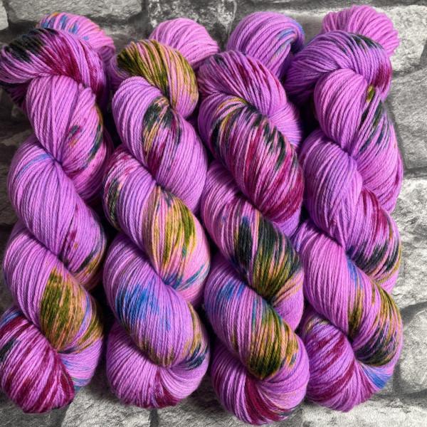 Ein Strang handgefärbte Wolle mit dem Namen Crazy Lilac  –  Xtrafine von Wolldackel