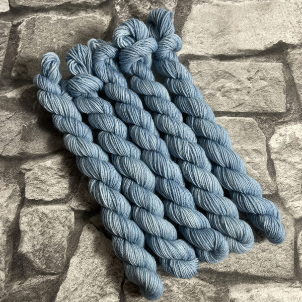 Ein Strang handgefärbte Wolle mit dem Namen Willi von Wolldackel