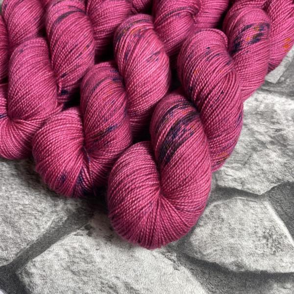 Ein Strang handgefärbte Wolle mit dem Namen Red Metall von Wolldackel