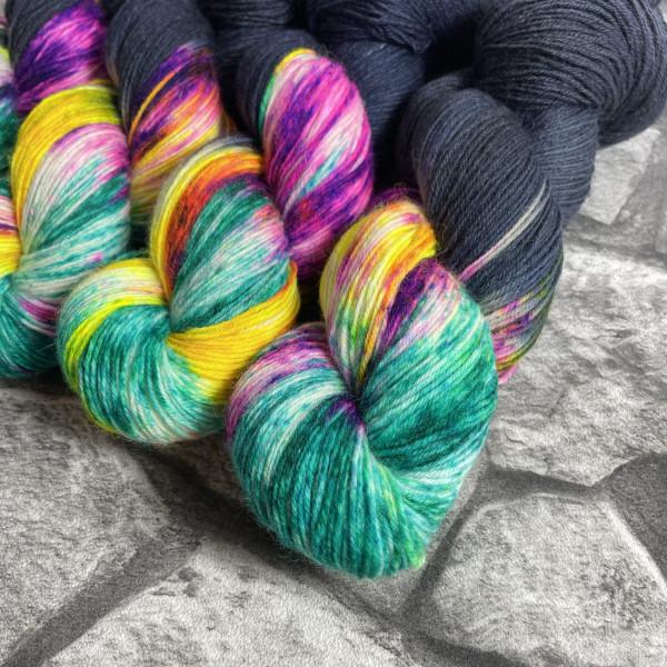 Ein Strang handgefärbte Wolle mit dem Namen Tropical Heat –  Classic von Wolldackel