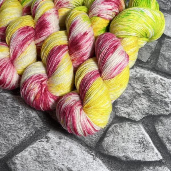 Ein Strang handgefärbte Wolle mit dem Namen Tulip von Wolldackel