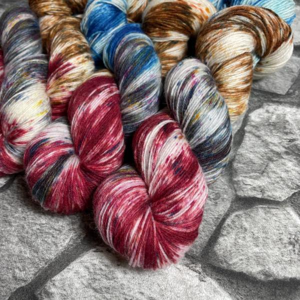 Ein Strang handgefärbte Wolle mit dem Namen Donnerlittchen –  Classic von Wolldackel