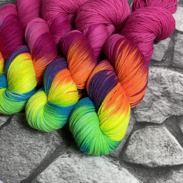 Ein Strang handgefärbte Wolle mit dem Namen Aniwaniwa Rose  –  Xtrafine von Wolldackel