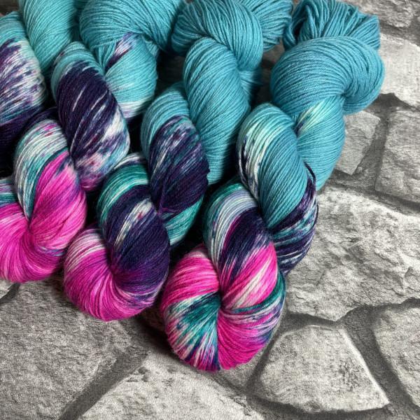 Ein Strang handgefärbte Wolle mit dem Namen Aqua Girl –  Classic von Wolldackel