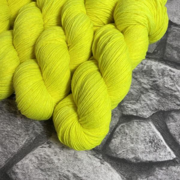Ein Strang handgefärbte Wolle mit dem Namen Lene –  Classic von Wolldackel