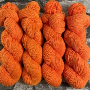 Ein Strang handgefärbte Wolle mit dem Namen Oda –  Classic von Wolldackel