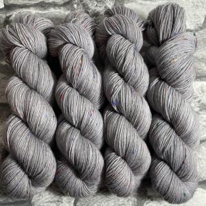 Ein Strang handgefärbte Wolle mit dem Namen Bruce – Helix von Wolldackel