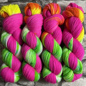 Ein Strang handgefärbte Wolle mit dem Namen Ballyhoo  –  Xtrafine von Wolldackel
