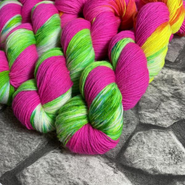 Ein Strang handgefärbte Wolle mit dem Namen Ballyhoo von Wolldackel