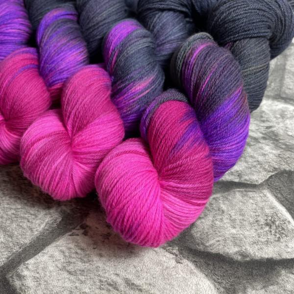 Ein Strang handgefärbte Wolle mit dem Namen Pink Panther von Wolldackel