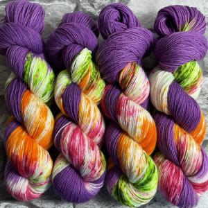 Ein Strang handgefärbte Wolle mit dem Namen Wishyouwhat –  Classic von Wolldackel