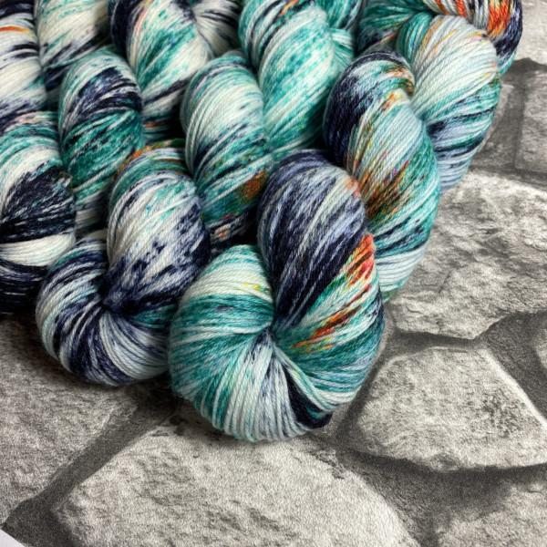 Ein Strang handgefärbte Wolle mit dem Namen Kingfisher  –  Xtrafine von Wolldackel