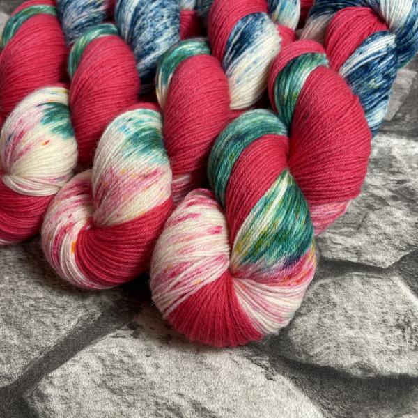 Ein Strang handgefärbte Wolle mit dem Namen Klimbim –  Classic von Wolldackel