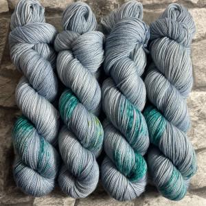 Ein Strang handgefärbte Wolle mit dem Namen Ukiyo  –  Pure von Wolldackel
