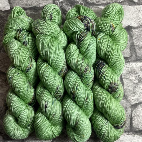 Ein Strang handgefärbte Wolle mit dem Namen Green Metall von Wolldackel
