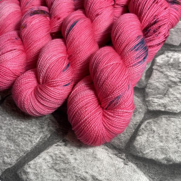 Ein Strang handgefärbte Wolle mit dem Namen Qué será será von Wolldackel