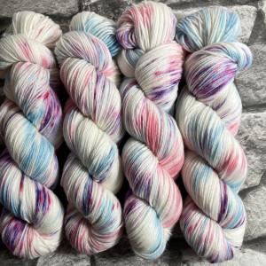 Ein Strang handgefärbte Wolle mit dem Namen Zuckerpuppe  –  Xtrafine von Wolldackel