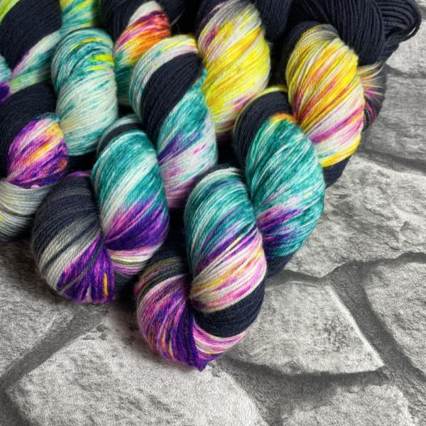 Ein Strang handgefärbte Wolle mit dem Namen Tropical Heat von Wolldackel