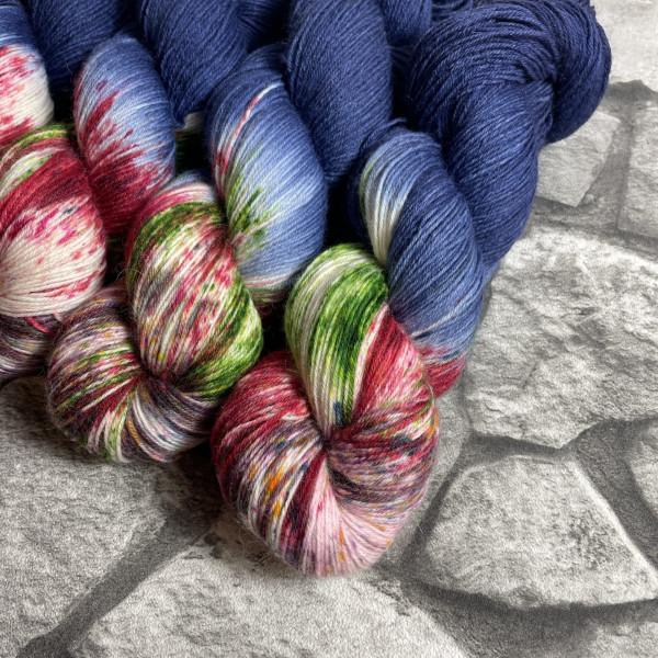 Ein Strang handgefärbte Wolle mit dem Namen Frechdachs –  Classic von Wolldackel
