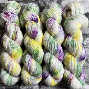 Ein Strang handgefärbte Wolle mit dem Namen Lemon Kiss –  Classic von Wolldackel