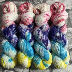 Ein Strang handgefärbte Wolle mit dem Namen Summer Breeze –  Classic von Wolldackel