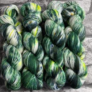 Ein Strang handgefärbte Wolle mit dem Namen Irish Moss – Classic von Wolldackel