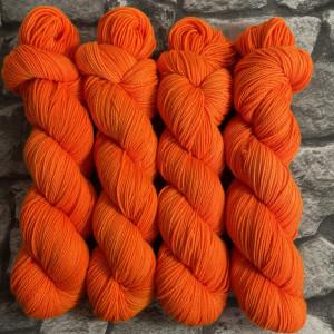 Ein Strang handgefärbte Wolle mit dem Namen Oda  –  Pure von Wolldackel