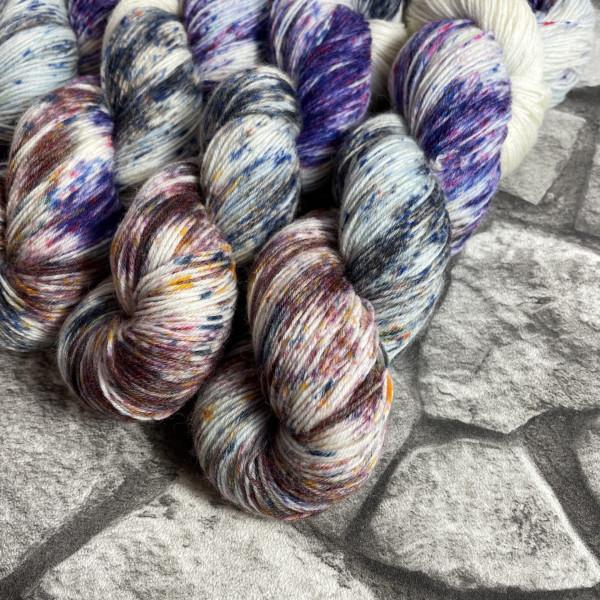 Ein Strang handgefärbte Wolle mit dem Namen Federlesen – Classic von Wolldackel