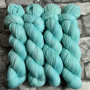 Ein Strang handgefärbte Wolle mit dem Namen Ravi  –  Pure von Wolldackel