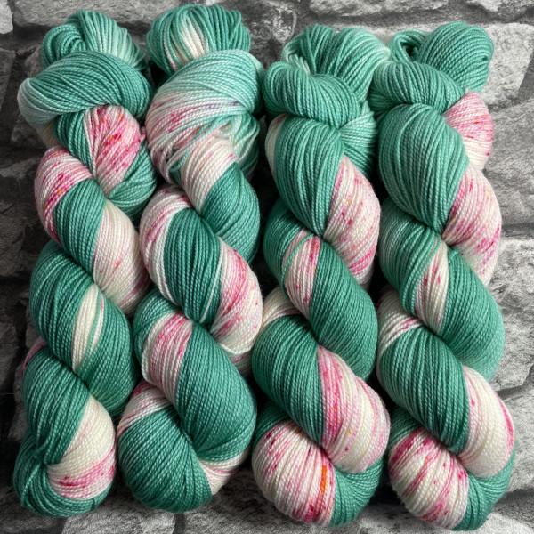Ein Strang handgefärbte Wolle mit dem Namen Peaches Green  –  Pure von Wolldackel