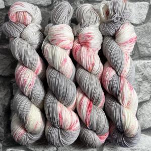 Ein Strang handgefärbte Wolle mit dem Namen Peaches Grey  –  Pure von Wolldackel
