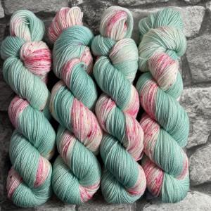 Ein Strang handgefärbte Wolle mit dem Namen Peaches Mint  –  Pure von Wolldackel