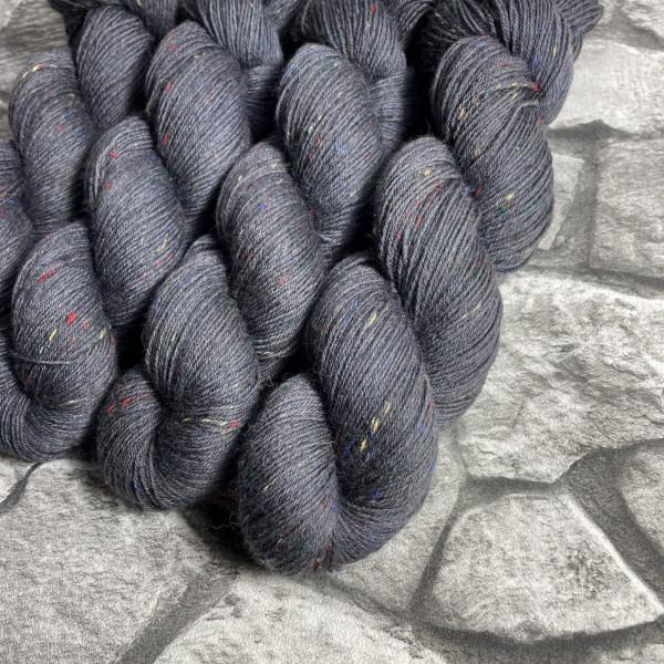 Ein Strang handgefärbte Wolle mit dem Namen Ted – Helix von Wolldackel
