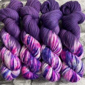 Ein Strang handgefärbte Wolle mit dem Namen Purple Love  –  Xtrafine von Wolldackel