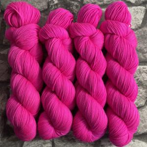 Ein Strang handgefärbte Wolle mit dem Namen Höpke  –  Pure von Wolldackel