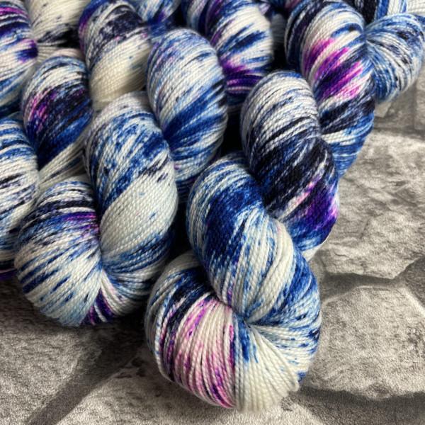 Ein Strang handgefärbte Wolle mit dem Namen Sea you soon von Wolldackel