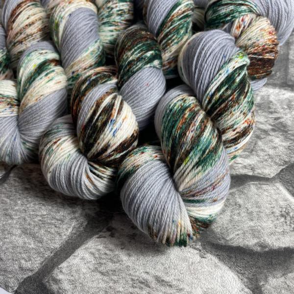 Ein Strang handgefärbte Wolle mit dem Namen Ottawa  –  Xtrafine von Wolldackel