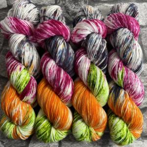 Ein Strang handgefärbte Wolle mit dem Namen Fliegender Teppich  –  Xtrafine von Wolldackel