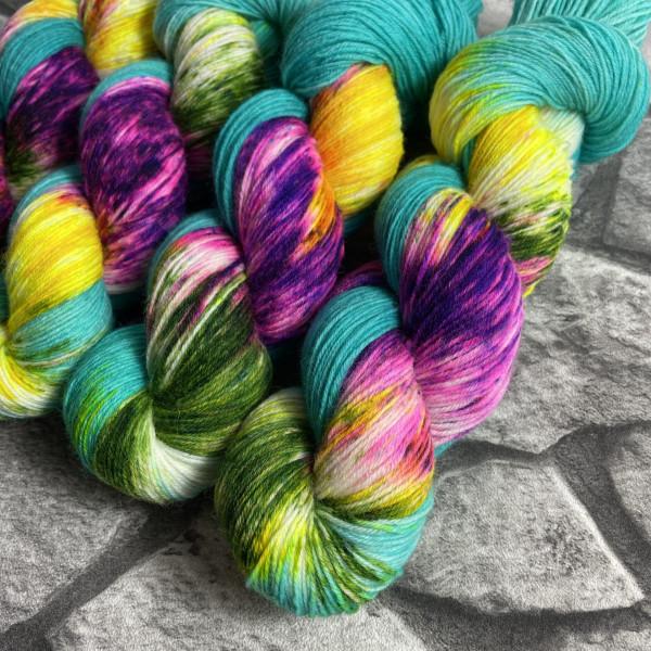 Ein Strang handgefärbte Wolle mit dem Namen Rhythm is a dancer von Wolldackel