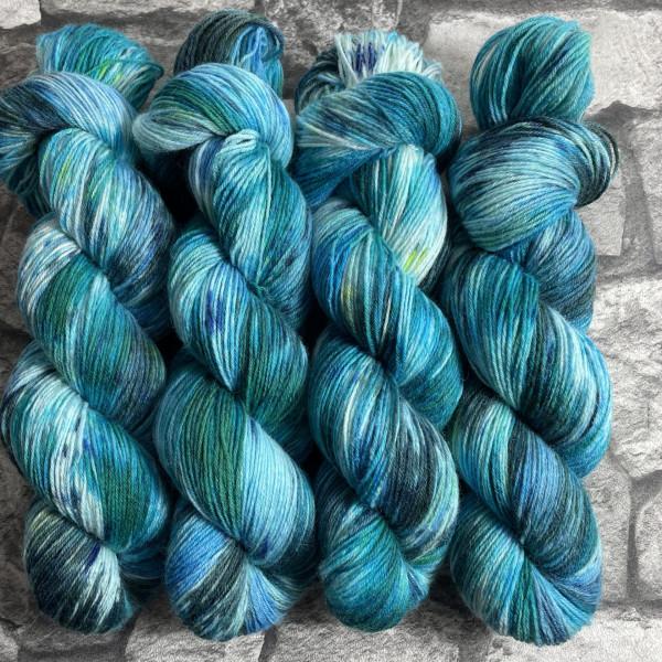 Ein Strang handgefärbte Wolle mit dem Namen Bluemoon von Wolldackel