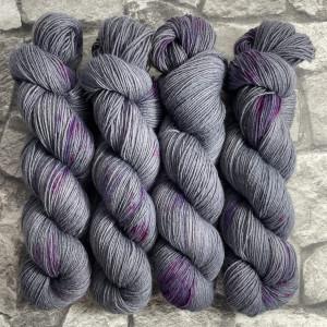 Ein Strang handgefärbte Wolle mit dem Namen Diabolic Princess – Classic von Wolldackel