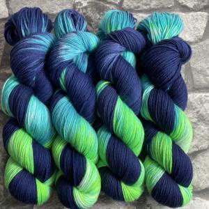 Ein Strang handgefärbte Wolle mit dem Namen Aquarius 2.0 von Wolldackel