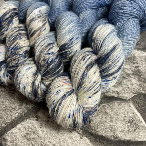Ein Strang handgefärbte Wolle mit dem Namen Denim von Wolldackel