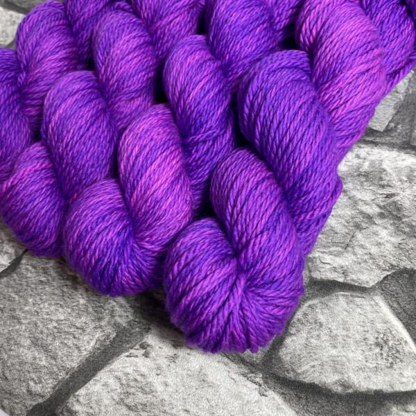 Ein Strang handgefärbte Wolle mit dem Namen Pandora von Wolldackel