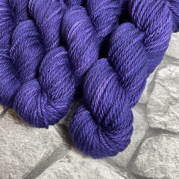 Ein Strang handgefärbte Wolle mit dem Namen Pixi von Wolldackel