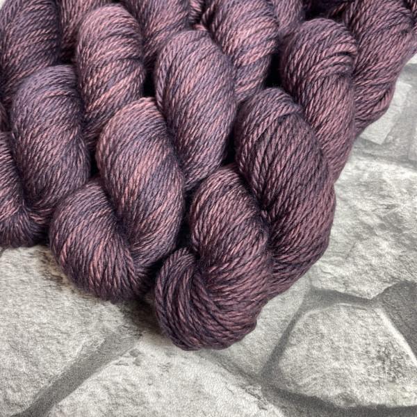 Ein Strang handgefärbte Wolle mit dem Namen Täve von Wolldackel